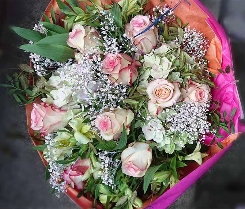 Rosenstrauss in weiss/rosa