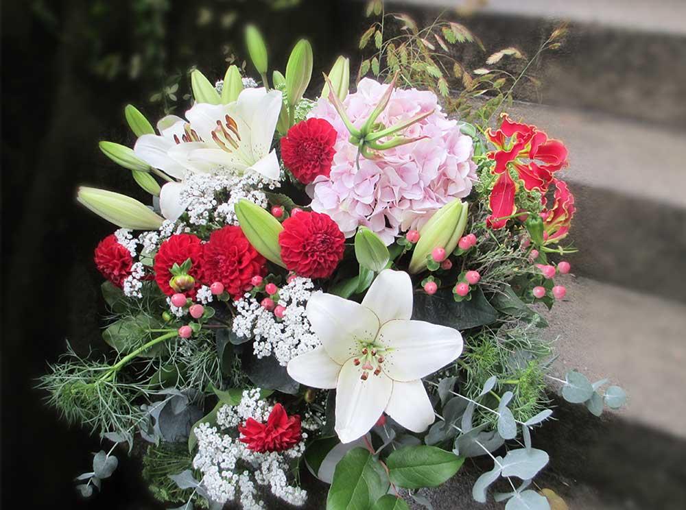 Sommerstrauss mit Lilien und Dahlien