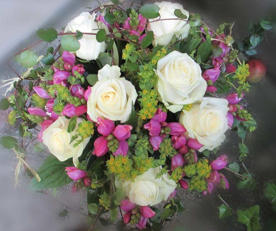 Rund gebundener kompakter Strauss mit weissen Rosen