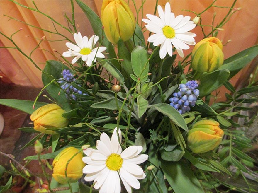 Frühlingsstrauss mit gelben Tulpen und Margritli