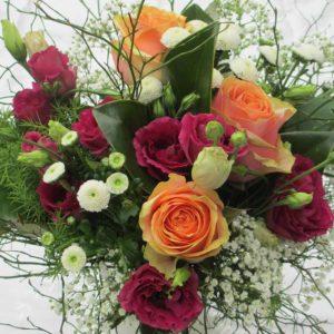 Blumenstrauss mit lachsfarbenen Rosen