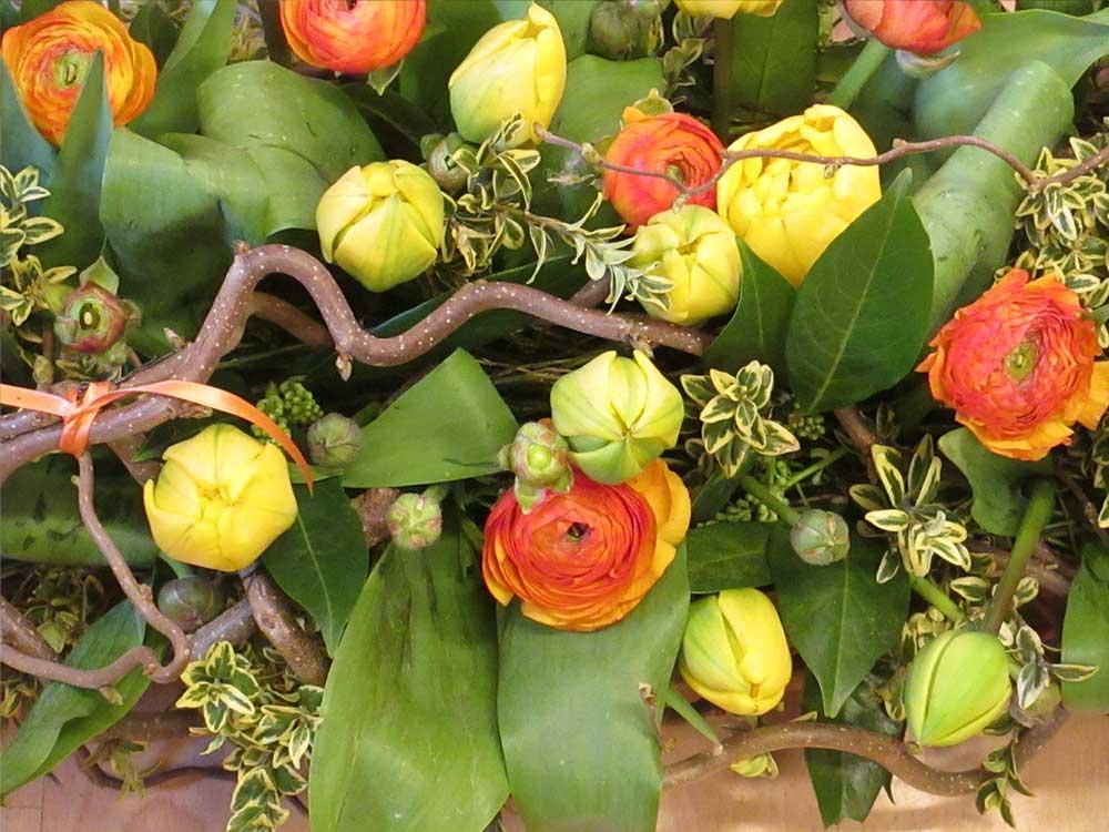 Tischdekoration mit Tulpen und Ranunkeln