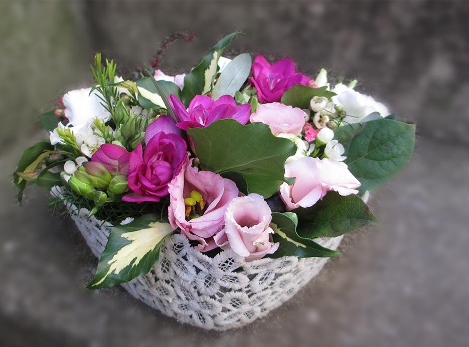 Herzchen mit lila Blumen besteckt