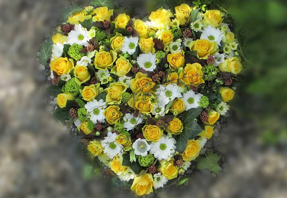 Herz mit gelben Rosen