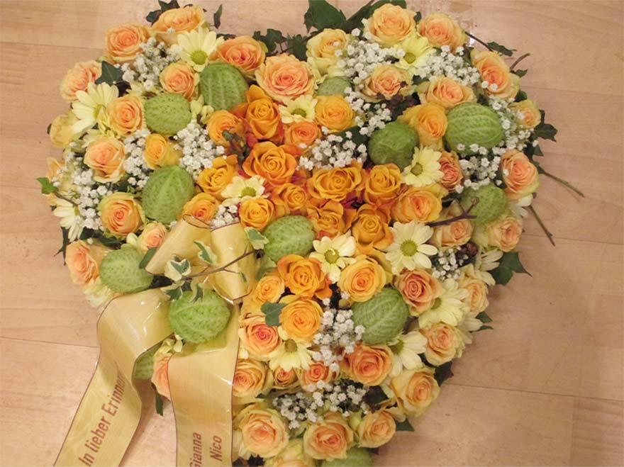 Herz in gelb lachs mit gemischten Blumen