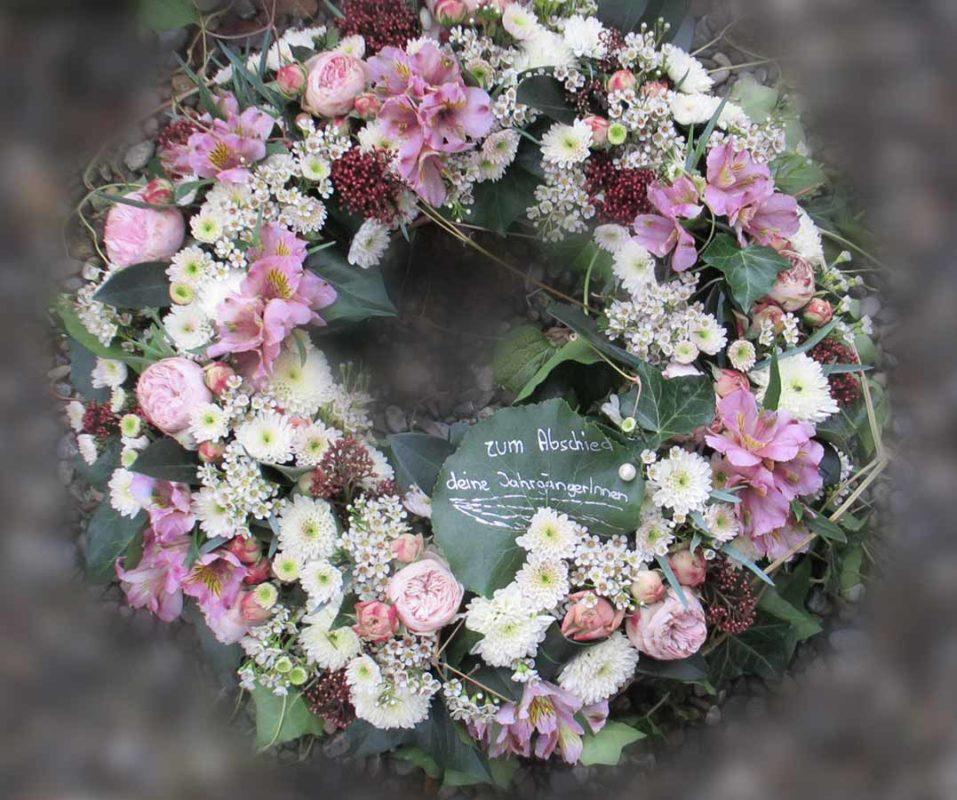Gemischter Blumenkranz in lila